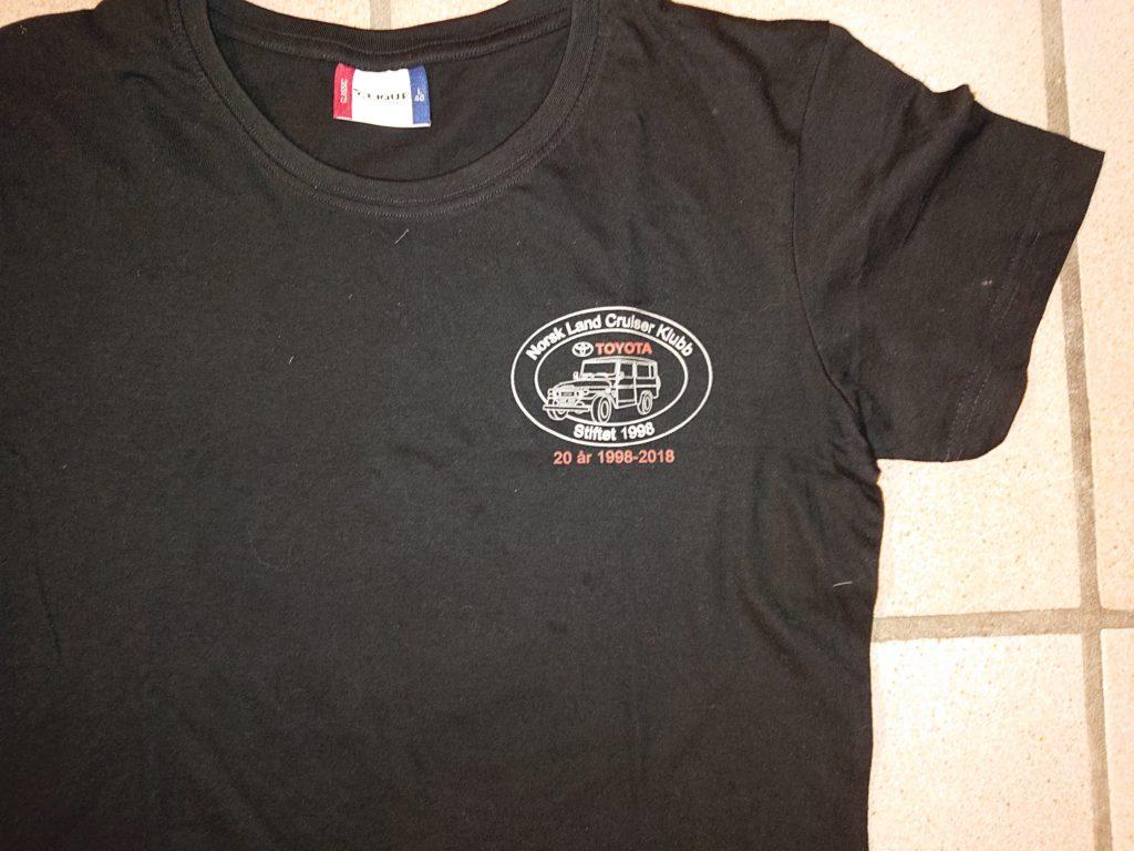 98f3fc2c8 Sort t-skjorte med NLCK trykk | NLCK.no - Norsk Land Cruiser Klubb